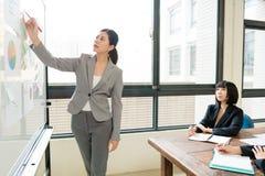 典雅的可爱的女性办公室工作者经理 免版税库存图片