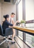 典雅的商务伙伴听同事的男人和妇女在会议上 免版税库存照片