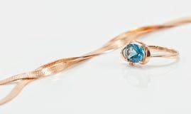 典雅的圆环由与大黄玉和金链子的金子制成 库存图片