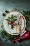 典雅的圣诞节桌布景顶视图,平的位置 库存照片