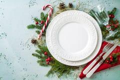 典雅的圣诞节桌布景顶视图,平的位置 图库摄影