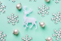 典雅的在土耳其玉色背景的圣诞节新年贺卡海报白色驯鹿雪剥落球样式 免版税库存照片