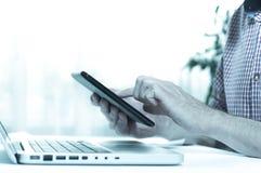 典雅的在家使用设备的企业多任务多媒体人 免版税图库摄影