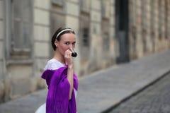 典雅的在街道上的芭蕾舞女演员饮用的咖啡 图库摄影
