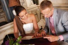 典雅的夫妇在餐馆 免版税图库摄影