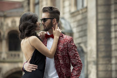 年轻典雅的夫妇画象在爱的 免版税库存照片