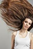 典雅的头发长的妇女年轻人 免版税库存图片