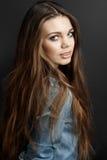 典雅的头发长的妇女年轻人 图库摄影