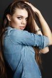 典雅的头发长的妇女年轻人 免版税库存照片