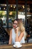 典雅的女商人讲话在手机 图库摄影