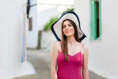 典雅的女孩在传统希腊村庄 免版税图库摄影