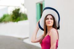 典雅的女孩在传统希腊村庄 库存照片