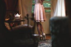 典雅的女孩在茶屋子 库存照片