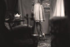 典雅的女孩在茶屋子 免版税库存图片