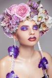 典雅的女孩垂直的照片有花圈的在头和构成 免版税库存图片