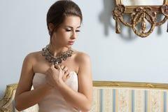 典雅的女孩我浪漫姿势 免版税图库摄影