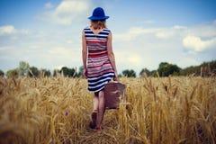 典雅的女性的图象蓝色帽子的有减速火箭的 免版税库存照片