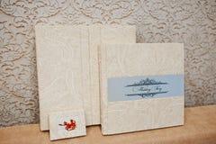 典雅的婚礼册页和照片从米黄材料预定 免版税库存照片