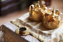 典雅的婚礼冠或冠状头饰为婚姻做准备在教会里 免版税图库摄影