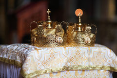 典雅的婚礼冠或冠状头饰为婚姻做准备在教会里 图库摄影