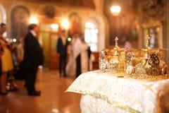 典雅的婚礼冠或冠状头饰为婚姻做准备在教会里 免版税库存图片