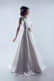 典雅的婚礼礼服的美丽的新娘 塑造夫人 演播室p 免版税库存照片