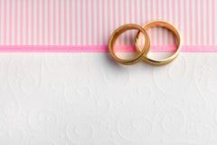 典雅的婚礼背景-两个婚戒 库存图片