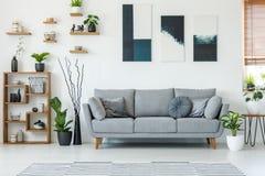 典雅的客厅内部的真正的照片与一个轻松的长沙发的 免版税图库摄影