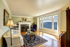 典雅的客厅有水视图 在口岸Ochard的房地产, 免版税库存照片