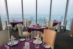 典雅的室内餐馆桌细节有城市视图 Ho C 免版税库存照片