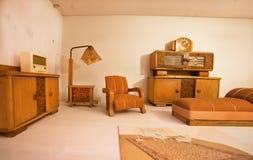 典雅的家具在葡萄酒样式的小家家里 免版税库存图片