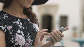 典雅的年轻女性特写镜头有好的修指甲键入的消息的在智能手机 影视素材