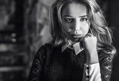 典雅的年轻秀丽妇女特写镜头黑白的画象 免版税库存照片