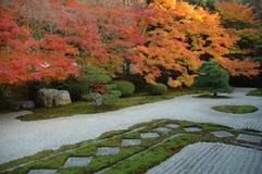 典雅的庭院秋天 免版税库存图片