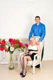 典雅的怀孕的夫妇 免版税库存照片
