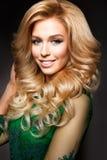 典雅的性感的白肤金发的妇女画象有长的卷发和魅力构成的 库存照片