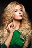 典雅的性感的白肤金发的妇女画象有长的卷发和魅力构成的 免版税库存照片