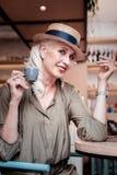 典雅的悦目灰发的妇女佩带的时装 库存照片
