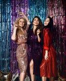 典雅的成套装备的庆祝新年,生日的三名美丽的时髦的妇女的党时间,获得乐趣,跳舞 库存照片