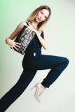 典雅的成套装备 有黑提包的时髦的妇女 免版税图库摄影