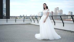 典雅的新娘在屋顶站立 股票视频