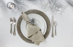典雅的新年` s伊芙或圣诞节假日餐位餐具 美好的餐桌装饰 免版税库存照片