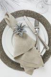 典雅的新年` s伊芙或圣诞节假日餐位餐具 美好的餐桌装饰 图库摄影