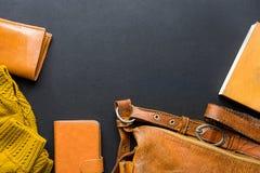 典雅的时髦的女性妇女辅助部件染黄在舱内甲板位置构成安排的皮包钱包被编织的毛线衣笔记本 免版税库存图片