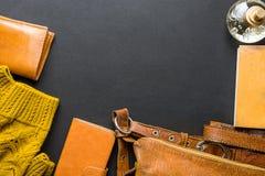 典雅的时髦的豪华女性妇女辅助部件黄色皮包钱包被编织的毛线衣香水笔记本舱内甲板位置静物画 库存图片