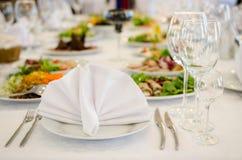 典雅的服务宴会桌在餐馆 图库摄影