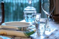 典雅的桌为dinning与白色porcelane盘, vinta设置了 库存照片