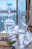 典雅的桌为dinning与白色porcelane盘, vinta设置了 免版税库存照片