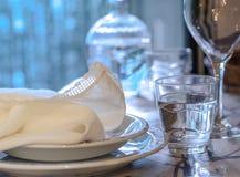 典雅的桌为dinning与白色porcelane盘, vinta设置了 免版税库存图片