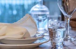 典雅的桌为dinning与白色porcelane盘, vinta设置了 免版税图库摄影